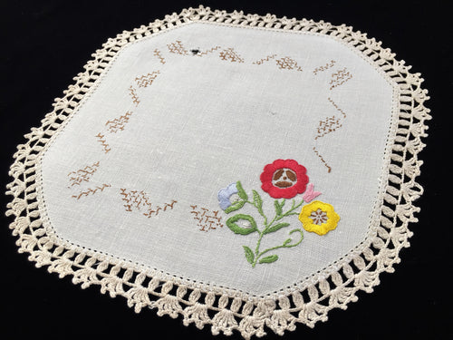 1930-1940s Australian Vintage Hand Embroidered Off-white Linen Doily with Ivory Crocheted Edge