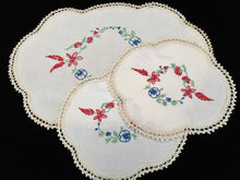 Load image into Gallery viewer, Dresser Duchesse Set of 3 Vintage Hand Embroidered Linen and Ivory Crochet Lace Doilies