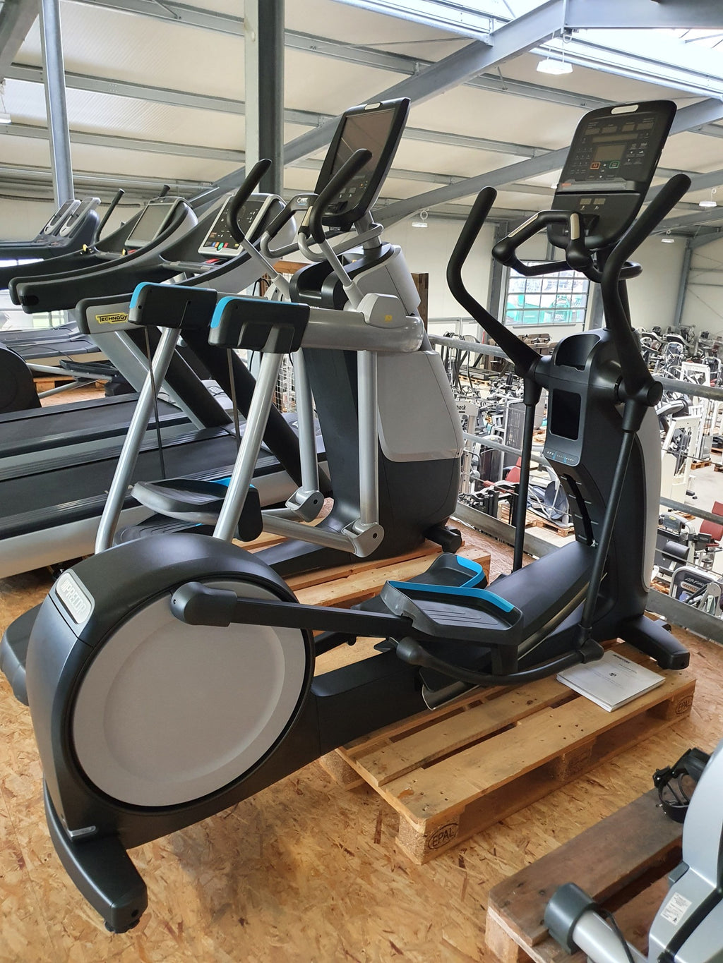 PRECOR EFX 835 Cross Trainer mit P31 Konsole NEU X Ramp Crosser Fitness Studio