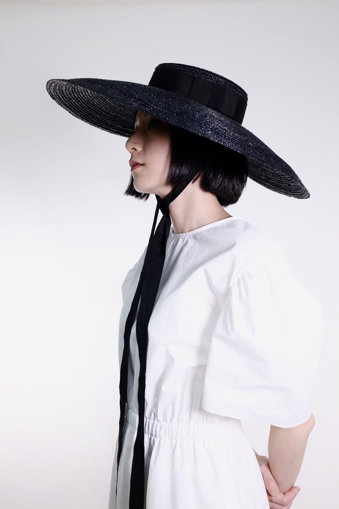 Wide Mushroom Collared monarch hat - Black