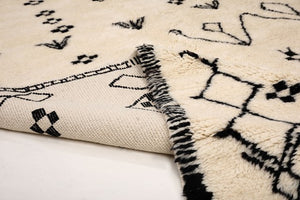 Moroccan Rug: white backround rug with black patterns, type azilal, mrirt, beni ourain rug, Moroccan rug, handmade with 100% natural wool, large rug for living room or bedroom