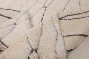 white rug, with subtle black lines, fluffly and soft moroccan rug handmade with 100% natural wool, can be used as bedroom rug, living room rug, beni ourain and mrirt