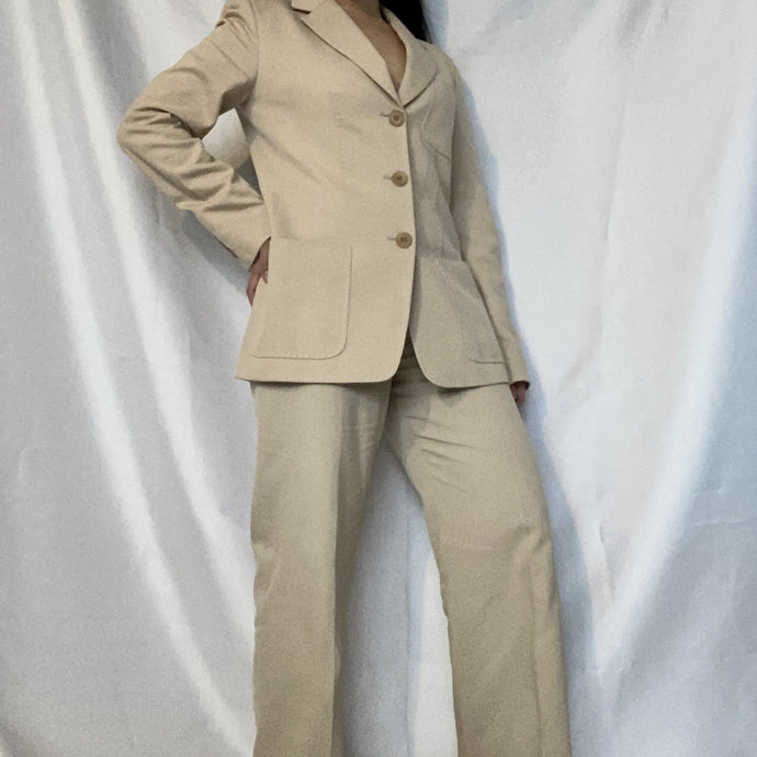 Women wearing second-hand Max Mara suit. You can buy it at Thrifted-Vintage.com