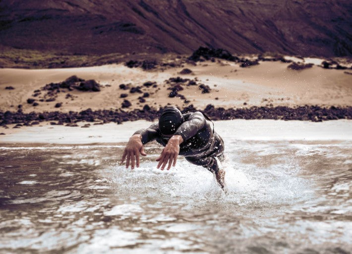 Athlete dives in a deboer wetsuit