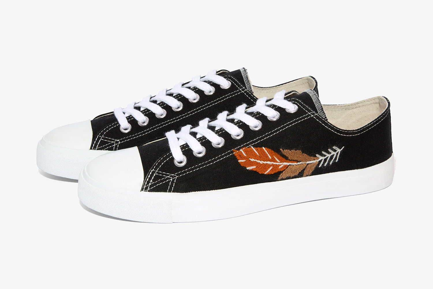 Sustainable Black low cut sneaker with feather hand embroidery