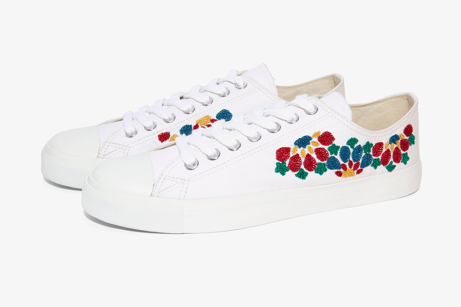white sneaker for casual wear with canvas upper
