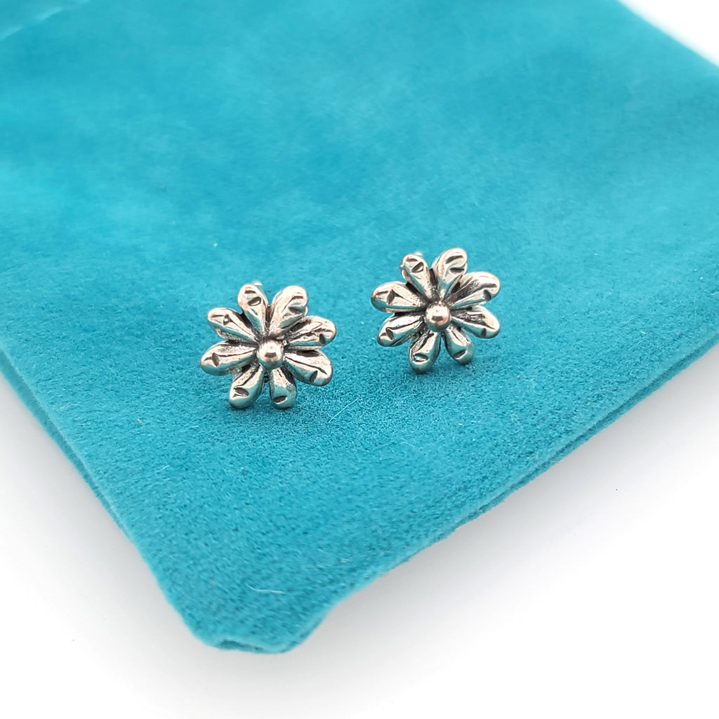 silver daisy flower stud earrings