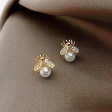 Load image into Gallery viewer, Bee on pearls earrings