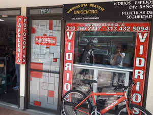 LOCAL COMERCIAL CON PELÍCULA FROSTED Y VINILO
