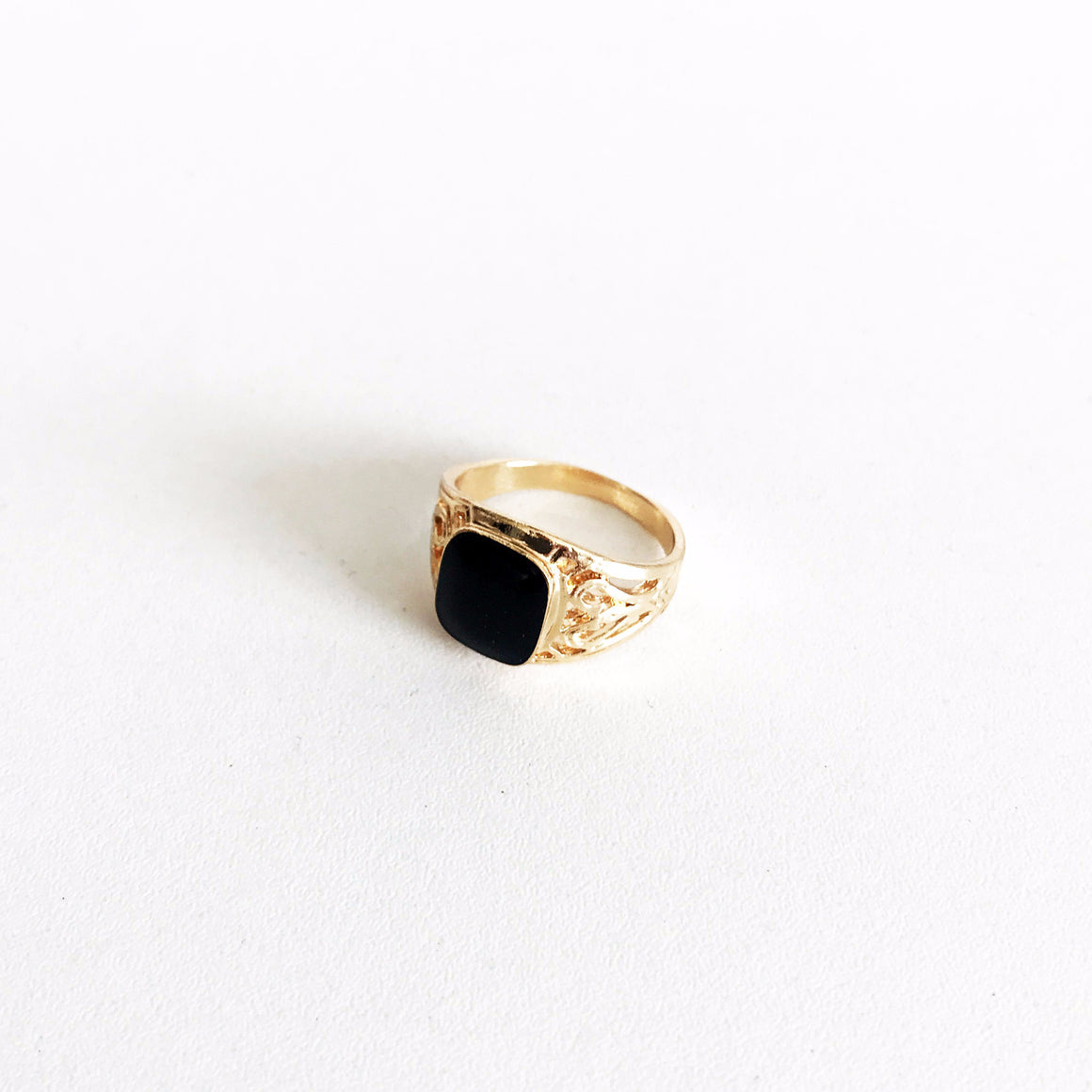 KEENA BLACK ORNATE SIGNET RING | GOLD