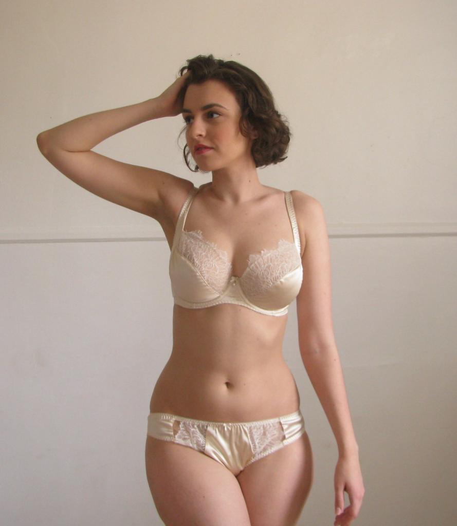 Eleanor Almond Fitting Review