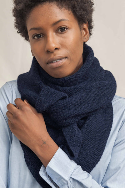 L'ENVERS - Sustainable navy blue scarf zoom picture - 100% alpaga wool - GOTS & IWTO