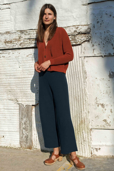 L'Envers - Louise Organic Cotton Pants - GOTS certificated - Color Navy Blue - Ambiance Picture