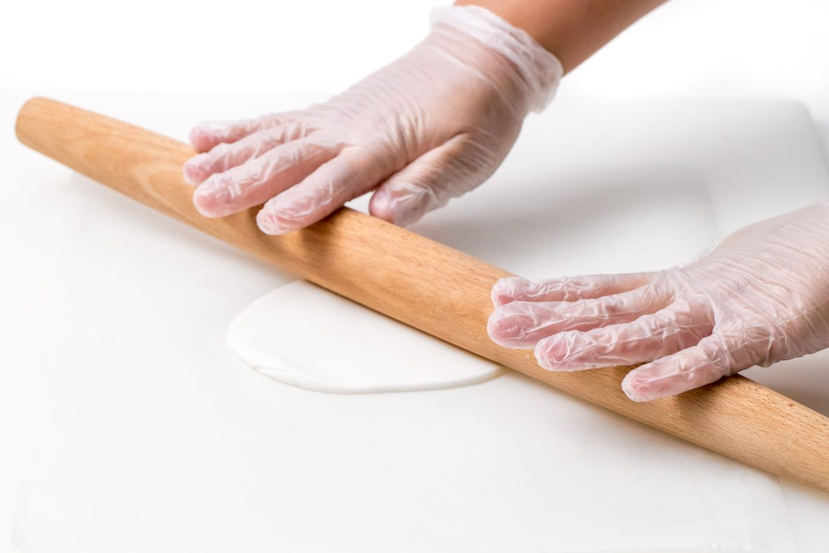 FOR A SMOOTHER APPEARANCE, APPLY THE FONDANT OVER THE ENTIRE SURFACE OF THE CAKE