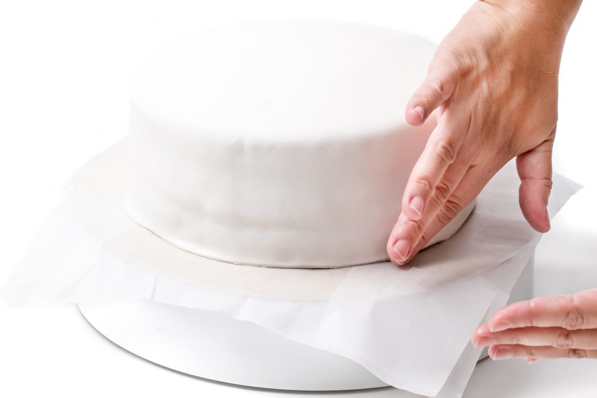 SEAL THE FONDANT AT THE BOTTOM OF THE CAKE