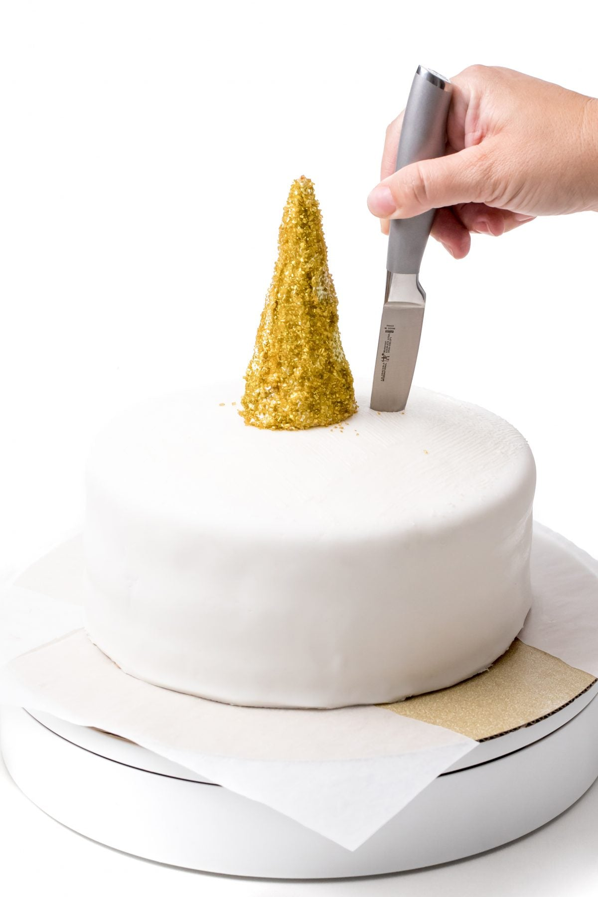 PLACE THE HORN ON THE CAKE AND CUT THE EAR SLOTS