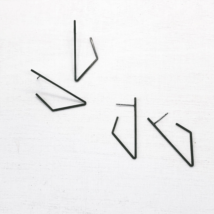 BASIC - LINES - triangle°side - gezwart zilver