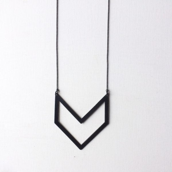 brass.LINE, halsketting * Chevron-Pendant Black