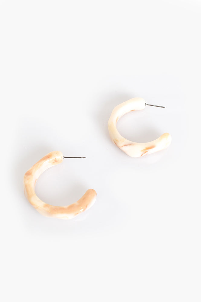 Facet Edge Resin Open Hoop Earrings (Cream/Tan)