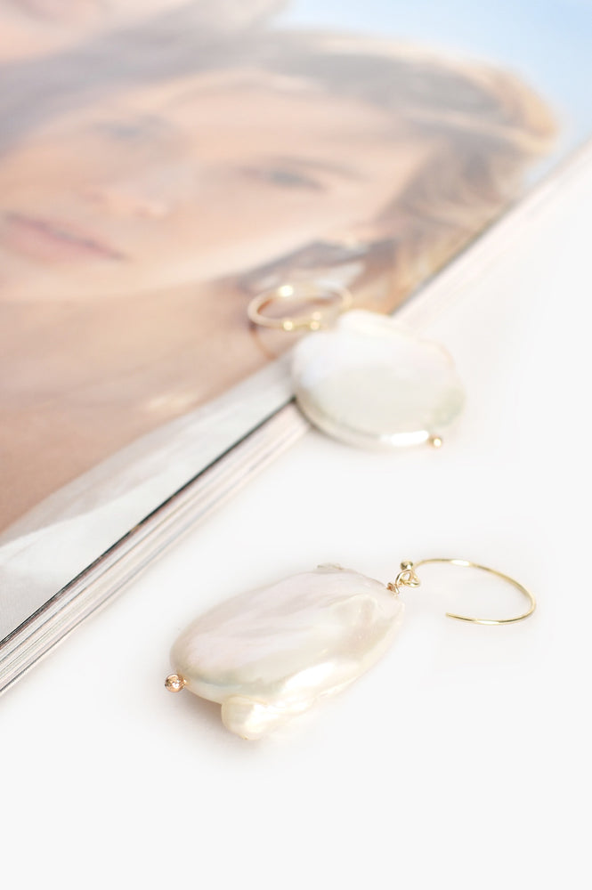 Flat Pearl Curved Hook Earrings (Cream/Gold)