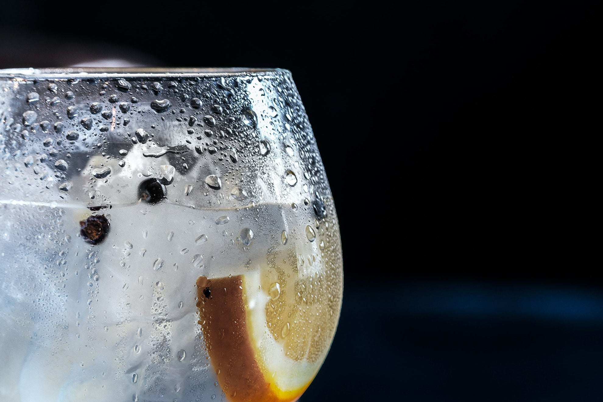carbonated-water-with-a-slice-of-lemon