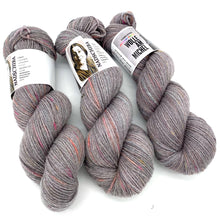Laden Sie das Bild in den Galerie-Viewer, Hatshepsut Fr.01 – handgefärbte Wolle am Michel l 100% Fine Merino Superwash l 100 gr = 162 m