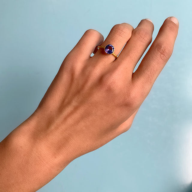 bague-solitaire-princesse-miniature-tanzanite-or-marie-helene-de-taillac
