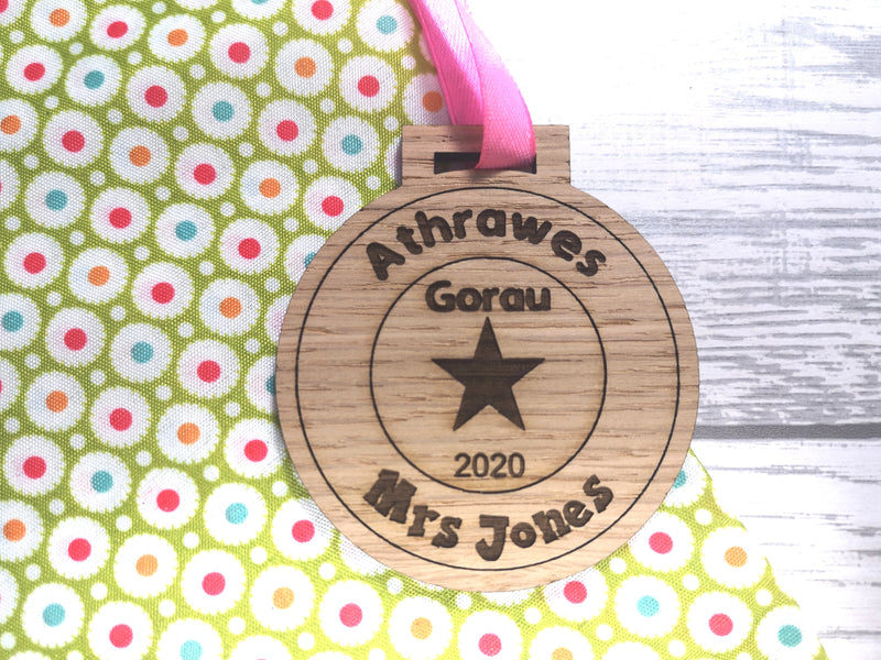 Personalised oak Welsh Athro / athrawes gorau teacher medal 2020 gift