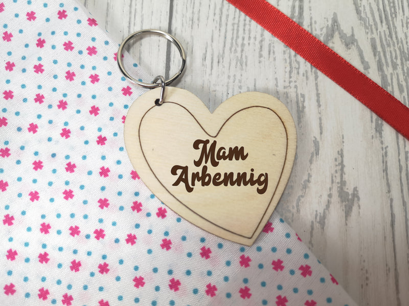 Personalised Wooden heart Welsh Mam arbennig Key ring Keyring
