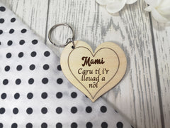 Personalised Wooden heart Welsh Mam Caru ti i'r lleuad Key ring Keyring