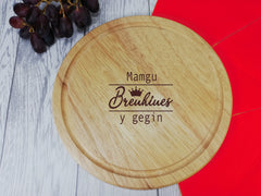 Personalised Engraved Wooden Welsh Brenhines y gegin Round Chopping Cheese board