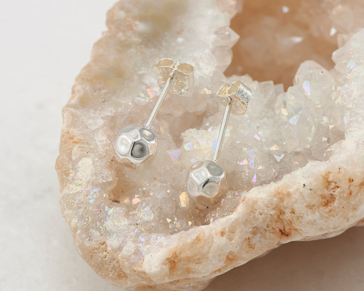 stud silver hammered earring in quartz