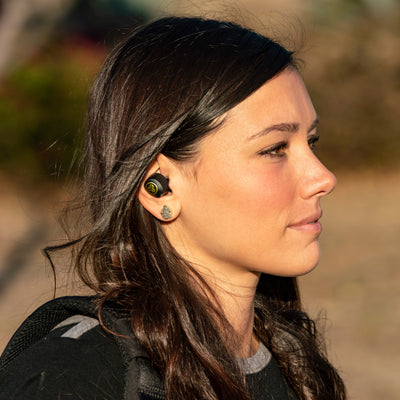 Flicka som bär JBuds Air Icon True Wireless Earbuds