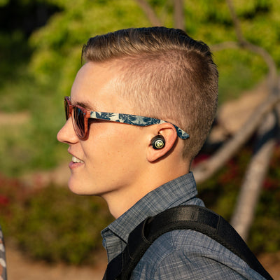 Fyren har på seg JBuds Air Icon True Wireless Earbuds
