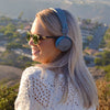 Garota vestindo Neon Bluetooth Wireless On-Ear Headphones Em azul