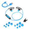 Flat Lay of Black and Blue Fit Sport 2.0 Wireless Fitness Earbuds med alle størrelser på Eartip, Micro USB-kabel og skjorte-kabelklips