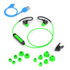 Flat Lay of Black and Green Fit Sport 2.0 Wireless Fitness Earbuds med alle størrelser på Eartip, Micro USB-kabel og skjorte-kabelklips