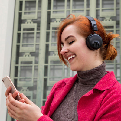 Garota vestindo Studio Bluetooth Wireless On-Ear Headphones de preto