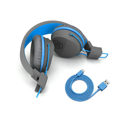 Bild av vikta hörlurar med laddningskabel på JBuddies Studio Bluetooth Over Ear Folding Kids Headphones i blått