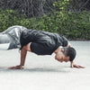 Man Break Dancing iført sort Epic Air Elite True Wireless Earbuds