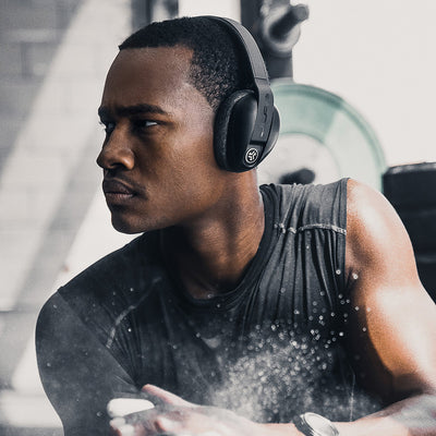 Man i gymmet bär Flex Sport Wireless Bluetooth Headphones