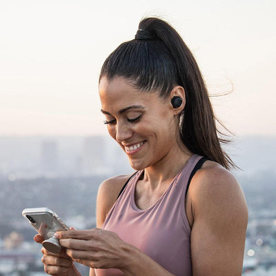 Flicka som bär JBuds Air True Wireless Earbuds