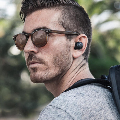 Guy draagt JBuds Air True Wireless Oordopjes