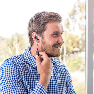 Guy draagt Metal Bluetooth Rugged Earbuds in blauw
