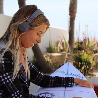 Flicka som bär Neon Bluetooth Wireless On-Ear Headphones i lila