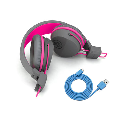 Bild av vikta hörlurar med laddningskabel på JBuddies Studio Bluetooth Over Ear Folding Kids Headphones i rosa