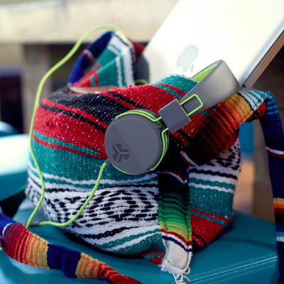 Neon On-Ear Headphones em verde na bolsa