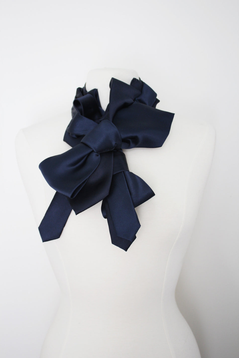 Handmade-modermaker-curated-couture-ascot-ruffled-cravat-neckite-accessory-victoran-bow-noir-tuxedo