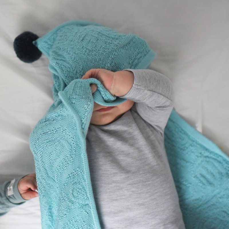 BAMBOO BLANKET WITH HOOD & POMPOMS - TURQUOISE - Babyllama store