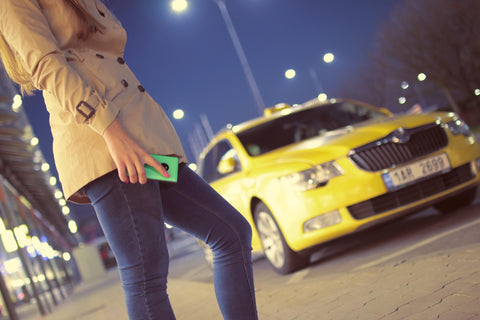 Femme attente taxi